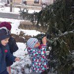 Ünnepi köntösben – az ovisok díszítették fel a falu karácsonyfáját